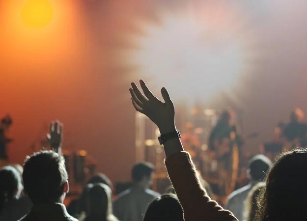 https://pixabay.com/sv/photos/publik-konsert-musik-underh%C3%A5llning-868074/