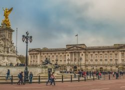 https://pixabay.com/sv/photos/buckingham-palace-kvadrat-staty-3932671/