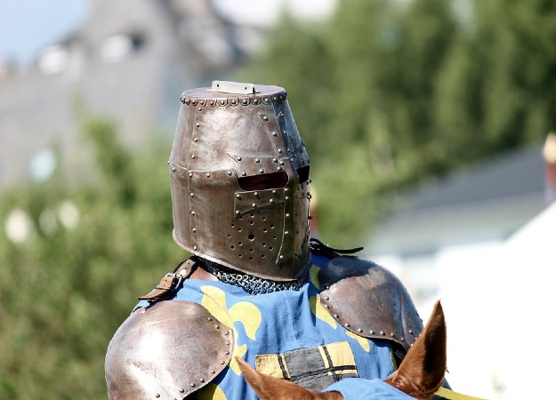 https://pixabay.com/sv/photos/knight-rustning-helm-reiter-h%C3%A4st-3449325/