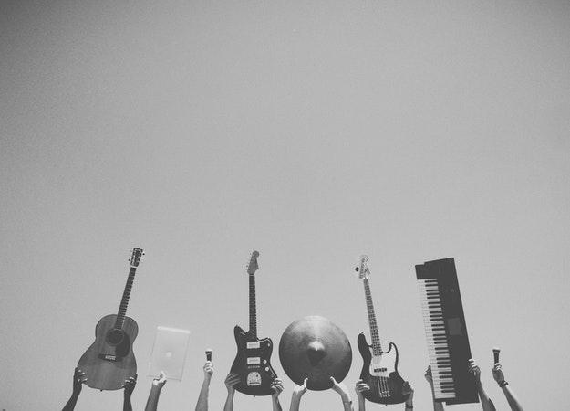 https://www.pexels.com/sv-se/foto/e-gitarrer-gitarrer-ljud-musik-6966/