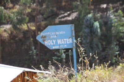 Tienviitta, jossa lukee Holy Water