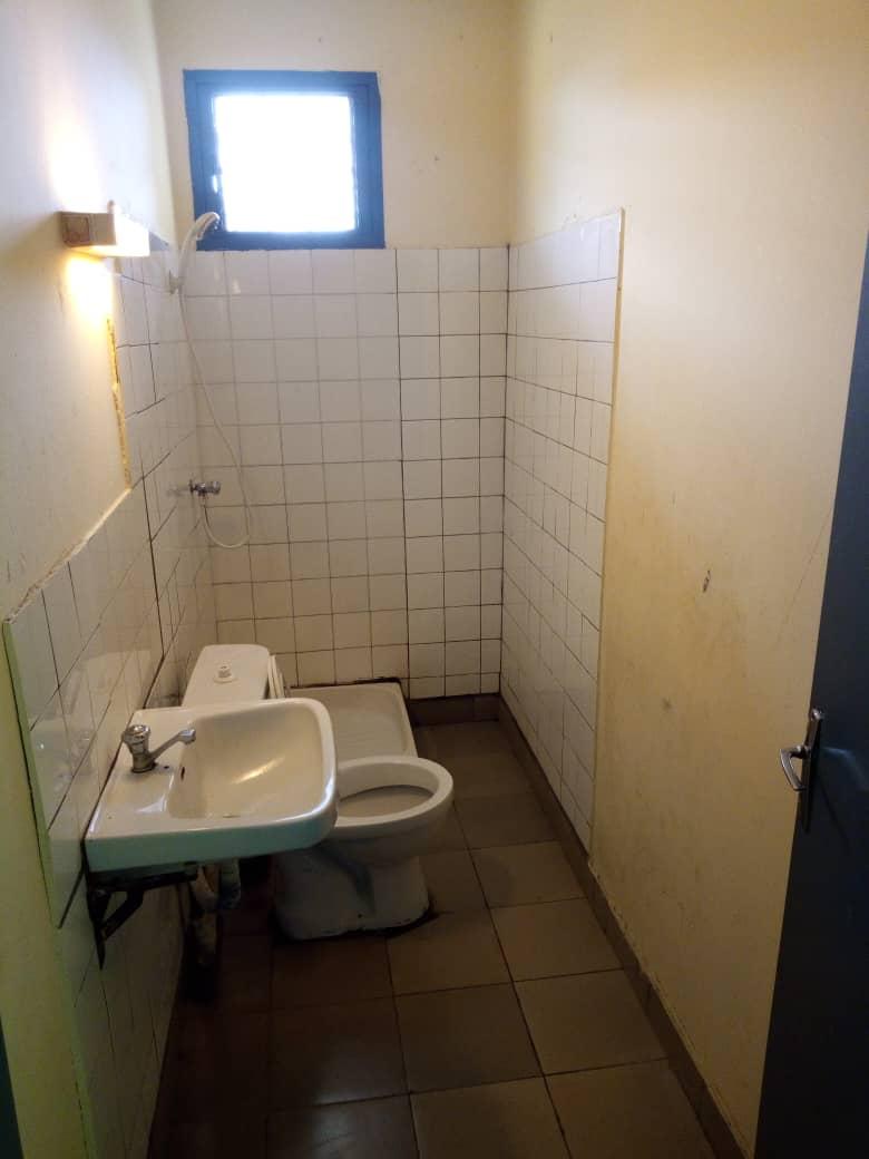 Maison (Villa) à louer - Douala, Makepe, Douala, Makepe (Vers rond point petit pays à makepè. - 1 salon(s), 4 chambre(s), 3 salle(s) de bains - 200 000 FCFA / mois