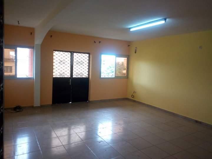 Appartement à louer - Douala, Makepe, DERRIERE LE LYCEE DE MAKEPE - 1 salon(s), 2 chambre(s), 2 salle(s) de bains - 130 000 FCFA / mois