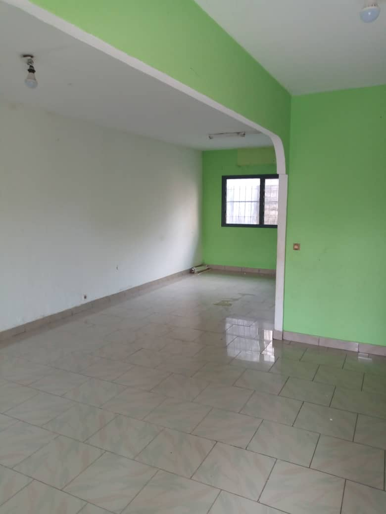 House (Villa) to rent - Douala, Makepe, Douala 5ieme - 1 living room(s), 4 bedroom(s), 3 bathroom(s) - 200 000 FCFA / month