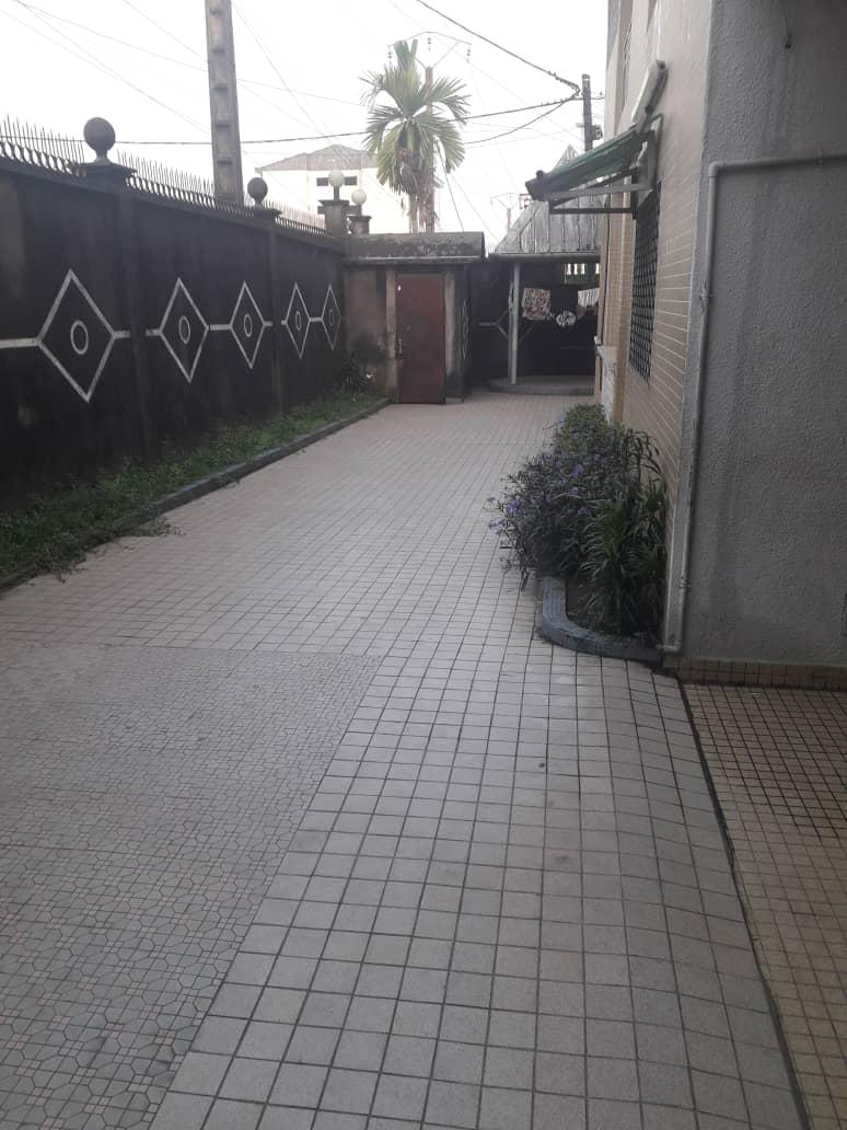 Maison (Duplex) à vendre - Douala, Logpom, Après le carrefour andem - 2 salon(s), 5 chambre(s), 7 salle(s) de bains - 130 000 000 FCFA