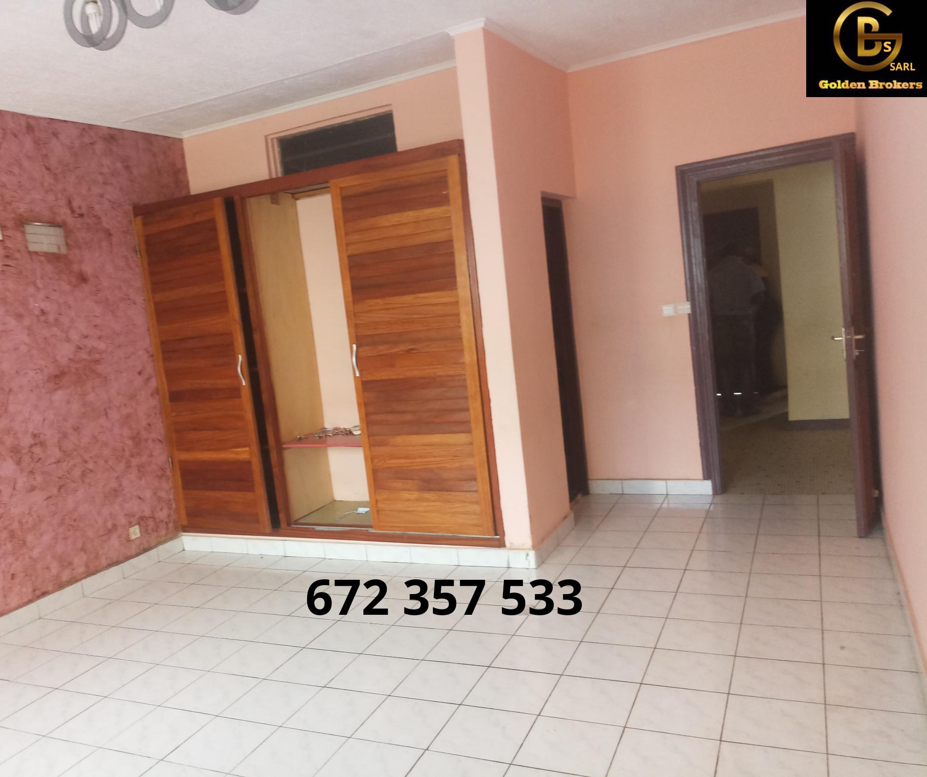 House (Villa) to rent - Douala, Bonapriso, Hydrocarbures - 1 living room(s), 3 bedroom(s), 2 bathroom(s) - 1 500 000 FCFA / month