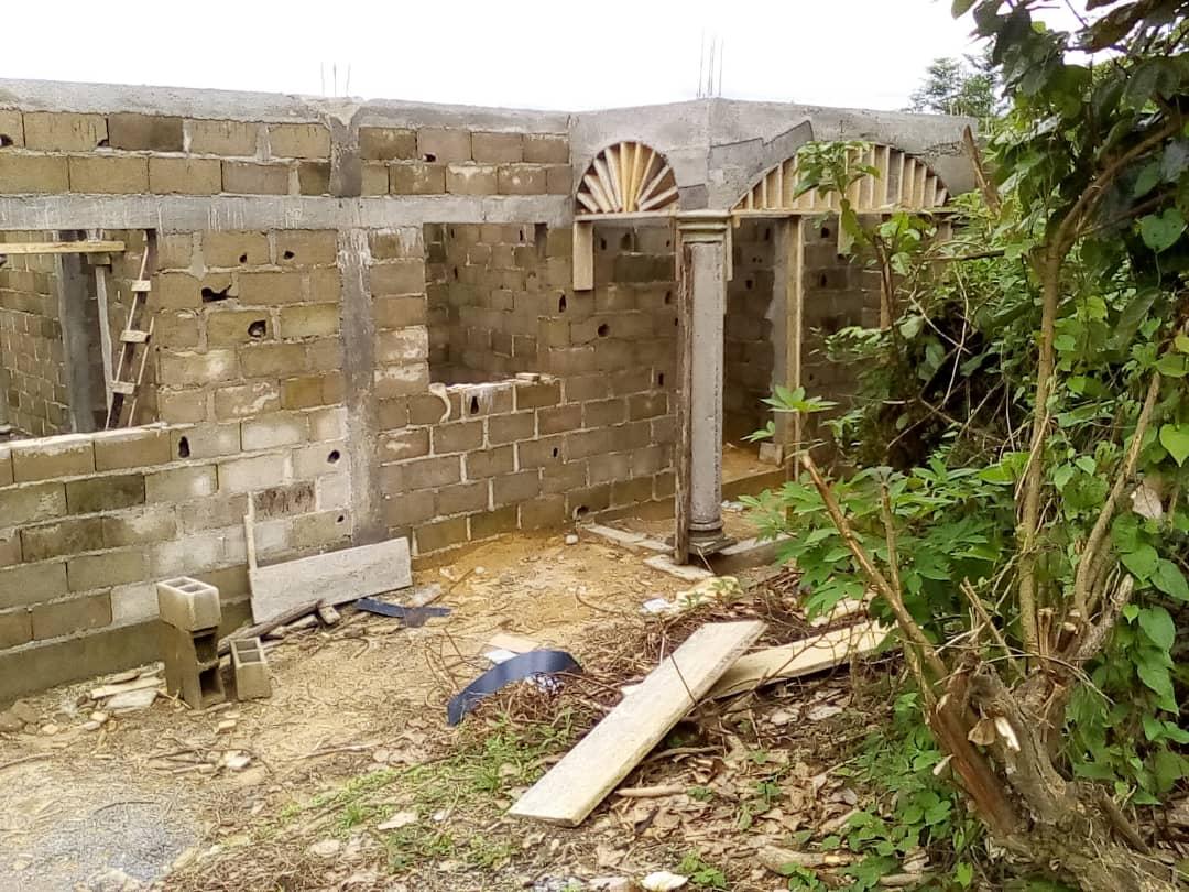 House (Wayside home) for sale - Douala, Bassa, Derrière le stade japoma - 1 living room(s), 2 bedroom(s), 1 bathroom(s) - 8 000 000 FCFA / month