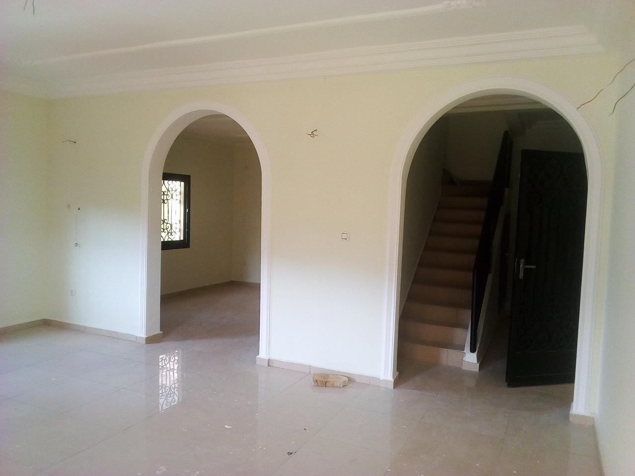Appartement à louer - Yaoundé, Bastos, pas loin du golf (immeuble neuf de 18 appartements avec ascenceur - 1 salon(s), 3 chambre(s), 3 salle(s) de bains - 18 000 000 FCFA / mois