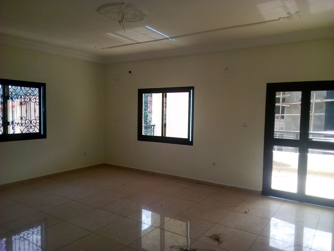 Apartment to rent - Yaoundé, Bastos, pas loin du golf - 1 living room(s), 3 bedroom(s), 3 bathroom(s) - 1 000 000 FCFA / month