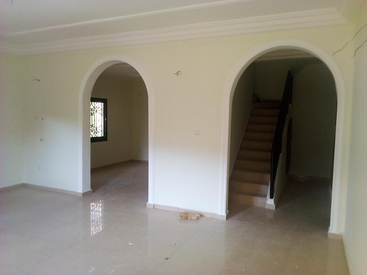 Apartment to rent - Yaoundé, Bastos, appartement duplex pas loin du golf - 1 living room(s), 4 bedroom(s), 4 bathroom(s) - 1 500 000 FCFA / month