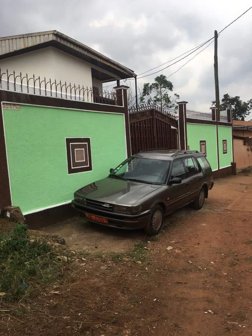 House (Duplex) to rent - Yaoundé, Damas, Maison blanche - 1 living room(s), 6 bedroom(s), 4 bathroom(s) - 300 000 FCFA / month