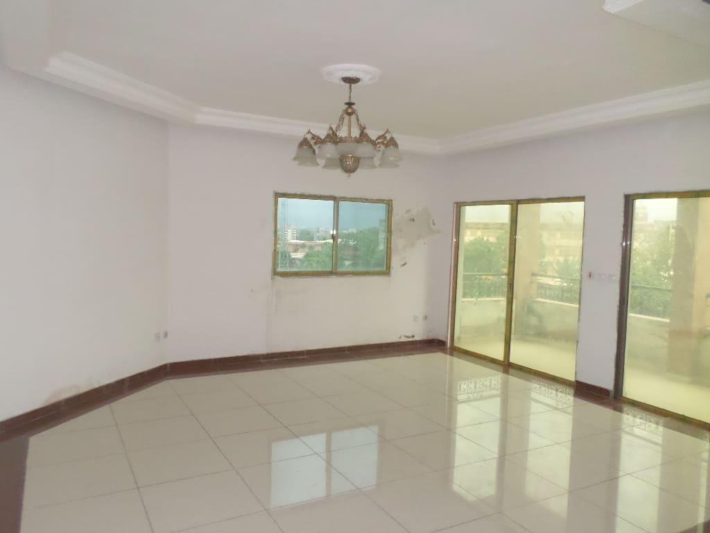 Apartment to rent - Yaoundé, Bastos, pas loin de alfresco - 1 living room(s), 2 bedroom(s), 3 bathroom(s) - 550 000 FCFA / month