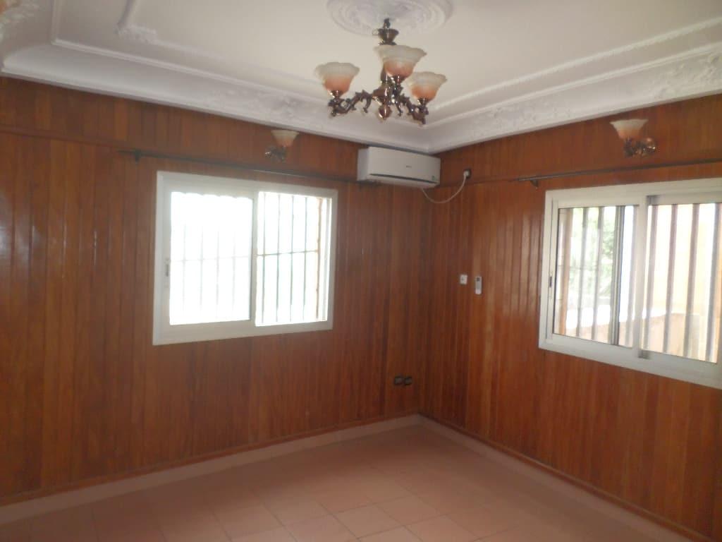 Apartment to rent - Yaoundé, Bastos, pas loin du palais de congres - 1 living room(s), 1 bedroom(s), 1 bathroom(s) - 165 000 FCFA / month