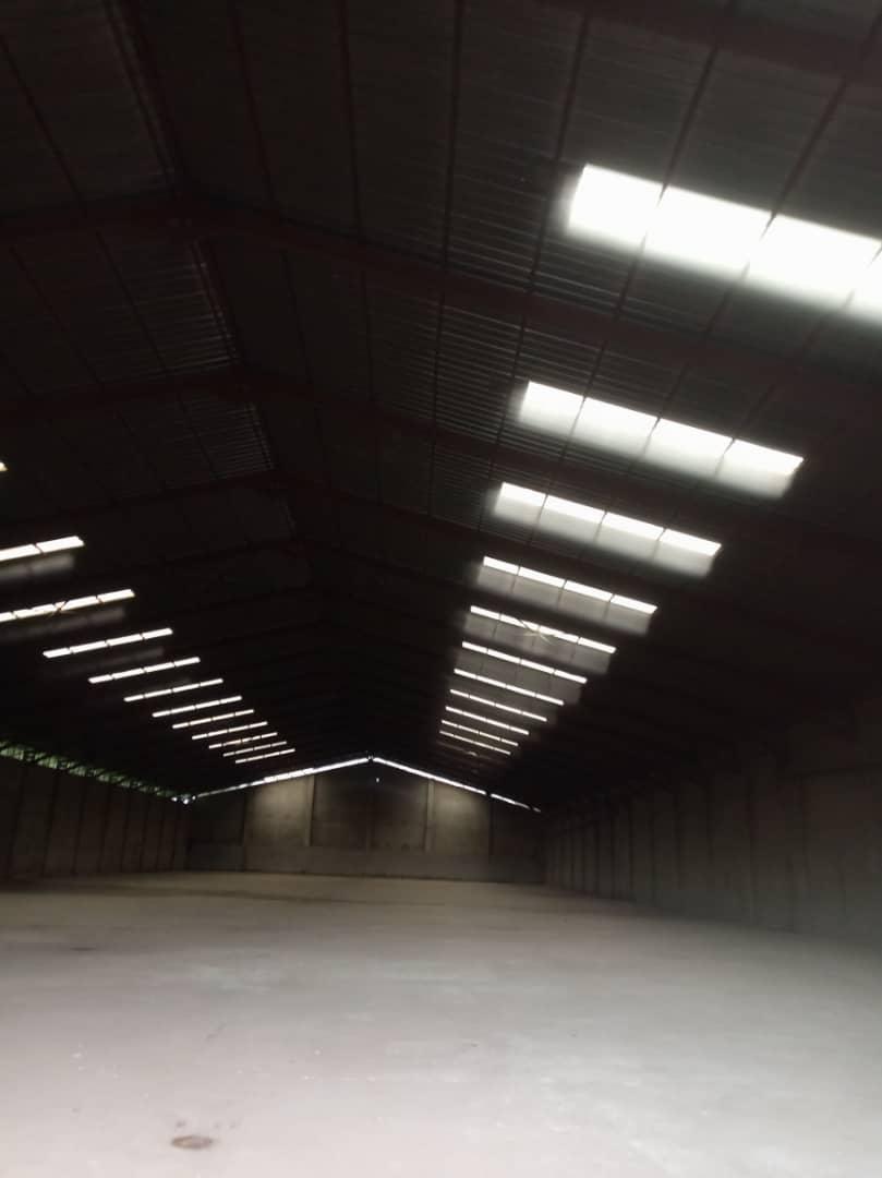 Store to rent at Douala, Bonanjo, C'est au port de Douala - 3000 m2 - 9 000 000 FCFA