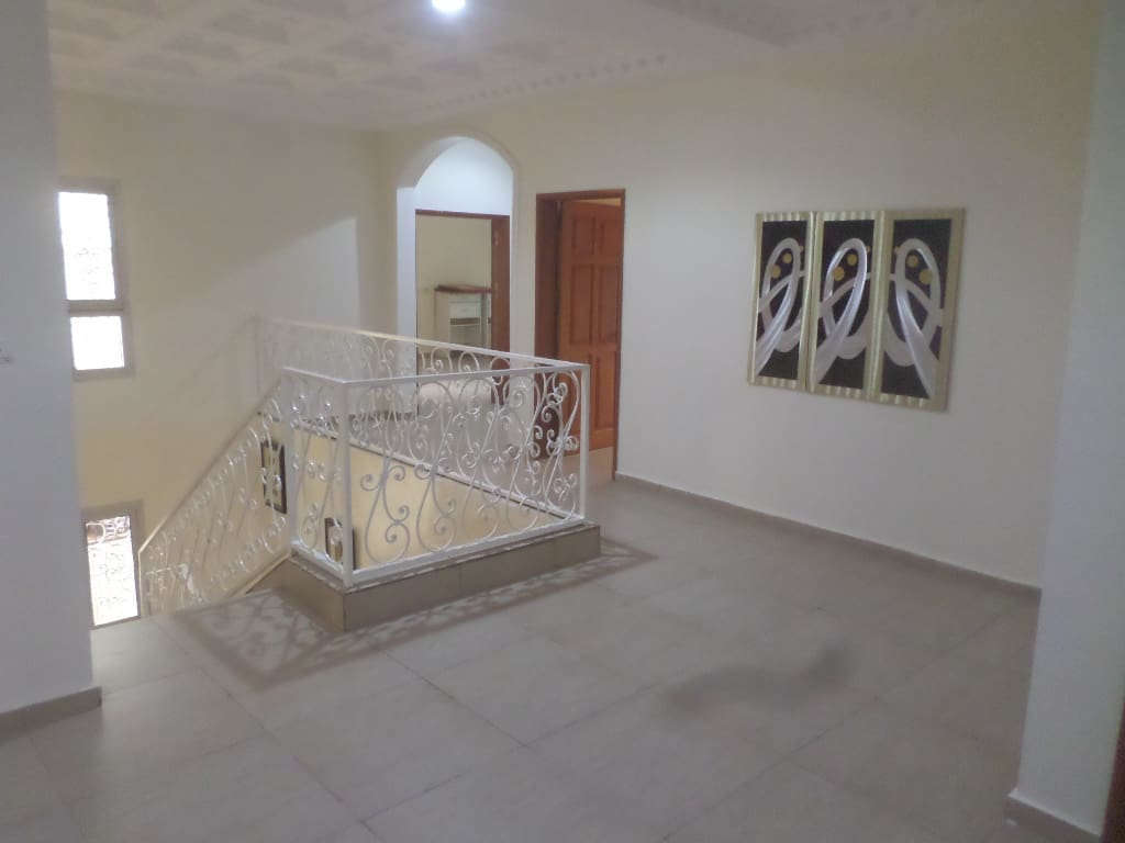 House (Duplex) to rent - Yaoundé, Bastos, derriere residence du nigeria - 1 living room(s), 5 bedroom(s), 6 bathroom(s) - 2 000 000 FCFA / month