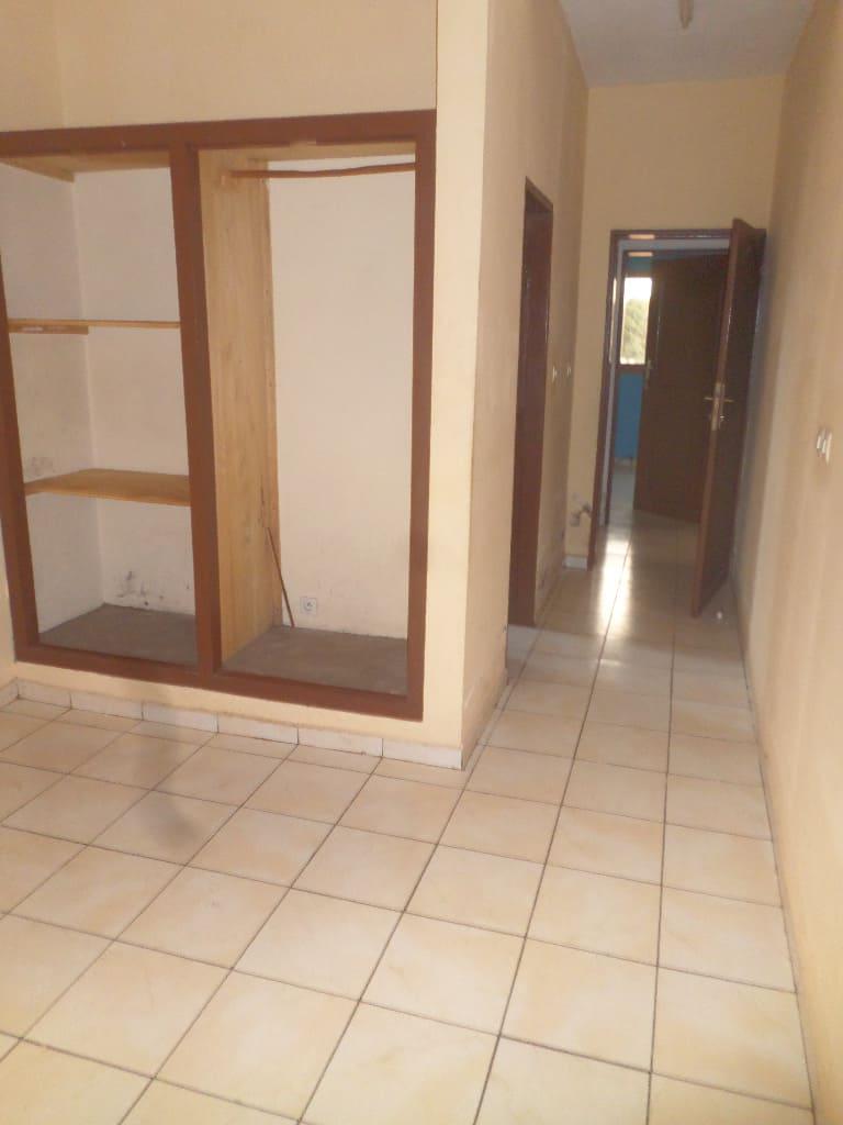 Appartement à louer - Yaoundé, Mfandena, avenue foe - 1 salon(s), 3 chambre(s), 3 salle(s) de bains - 275 000 FCFA / mois