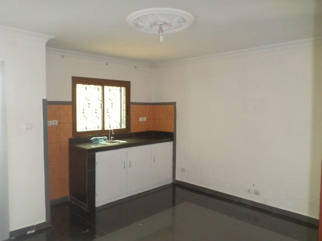Appartement à louer - Yaoundé, Bastos, moto george - 1 salon(s), 1 chambre(s), 1 salle(s) de bains - 175 000 FCFA / mois