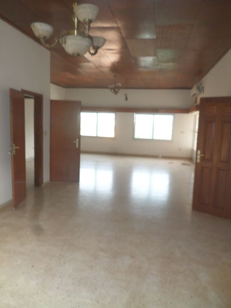 Apartment to rent - Yaoundé, Bastos, Après ambassade de chine - 1 living room(s), 3 bedroom(s), 2 bathroom(s) - 700 000 FCFA / month