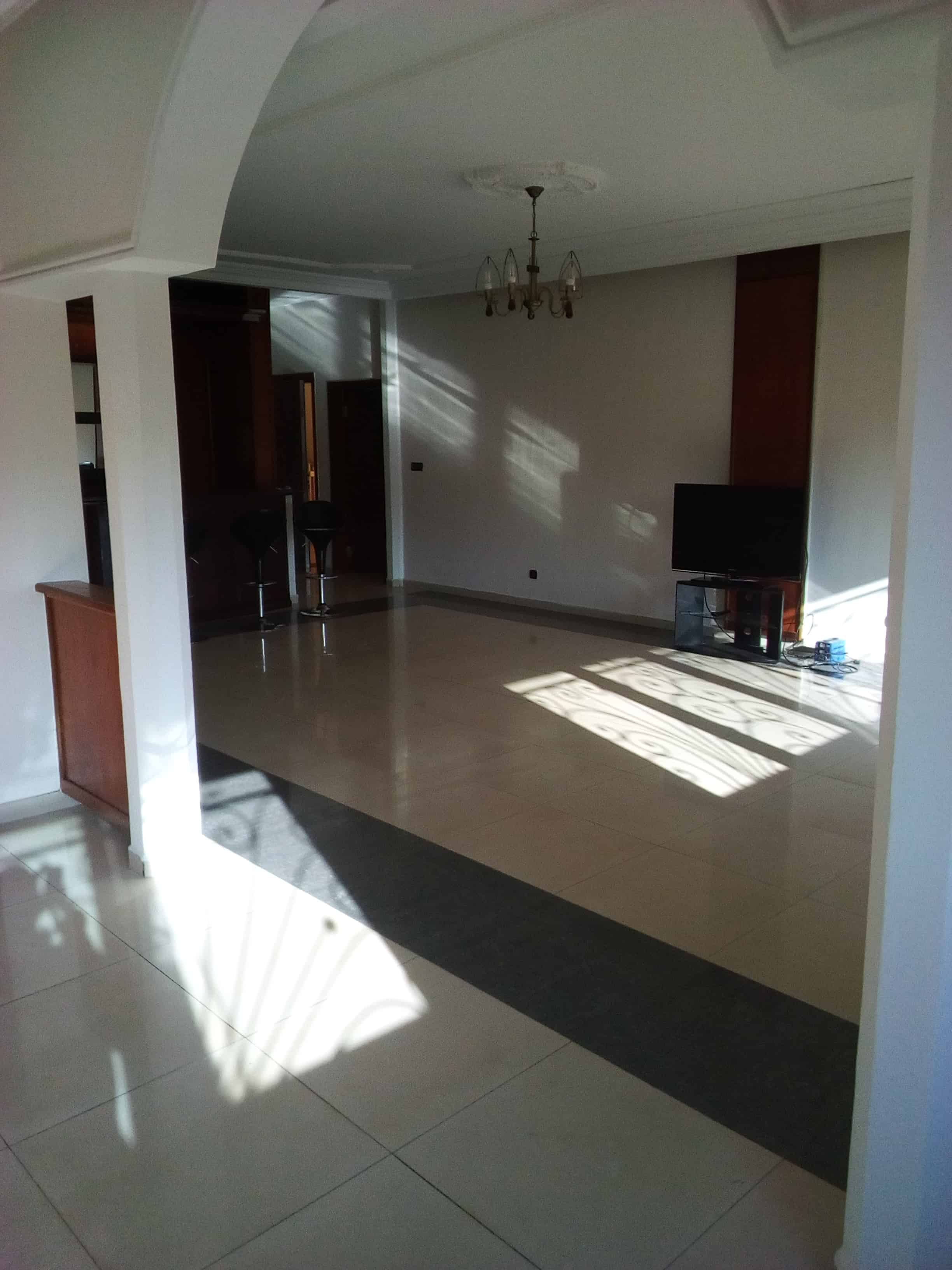 Appartement à louer - Yaoundé, Bastos, pas loin de residence du nigeria - 1 salon(s), 3 chambre(s), 4 salle(s) de bains - 1 300 000 FCFA / mois