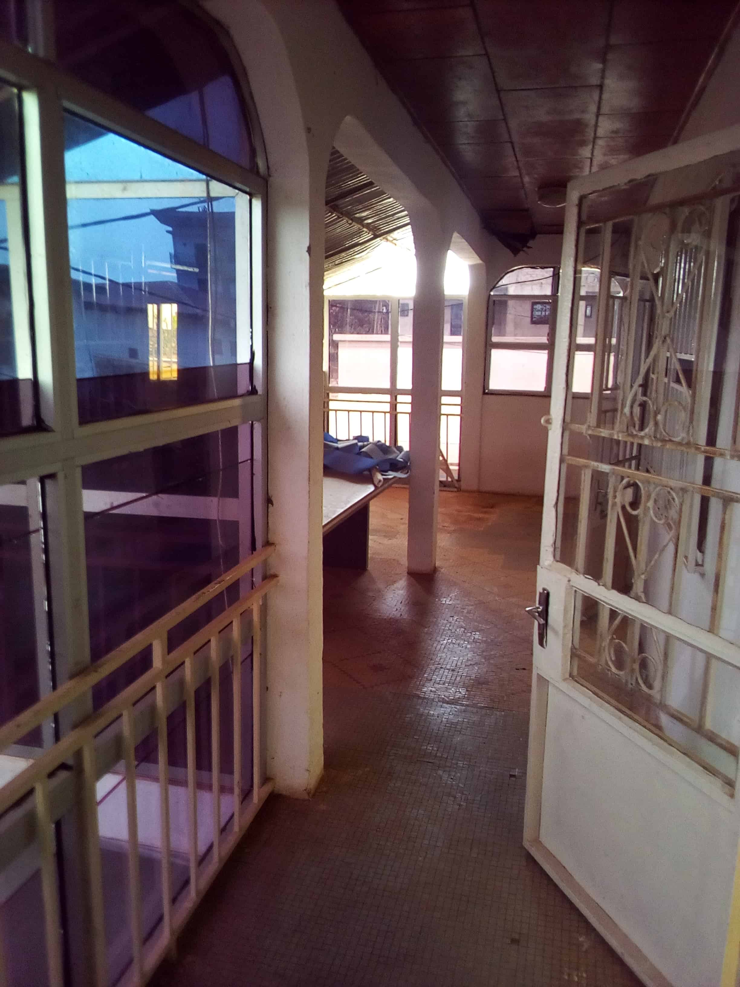 Office to rent at Yaoundé, Mfandena, OMNISPORT - 100 m2 - 300 000 FCFA