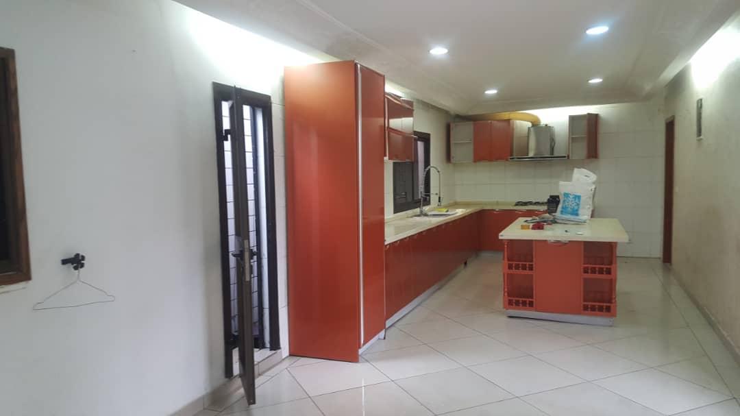 Maison (Villa) à louer - Douala, Bonapriso, Ver carrefour armes de l'aire - 1 salon(s), 4 chambre(s), 3 salle(s) de bains - 1 300 000 FCFA / mois