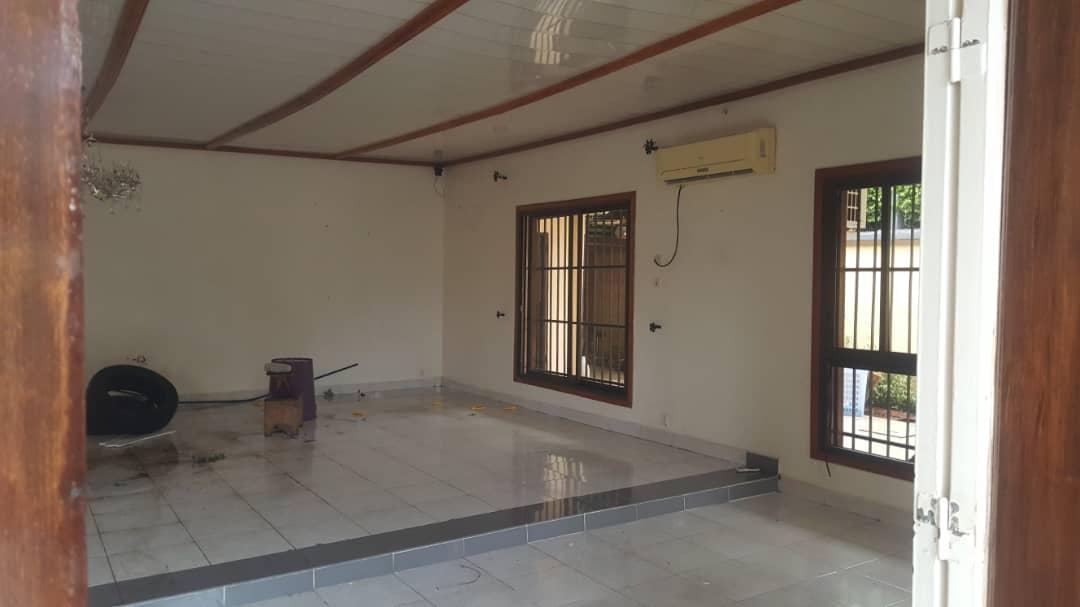 House (Villa) to rent - Douala, Bonapriso, Ver carrefour armes de l'aire - 1 living room(s), 4 bedroom(s), 3 bathroom(s) - 1 300 000 FCFA / month