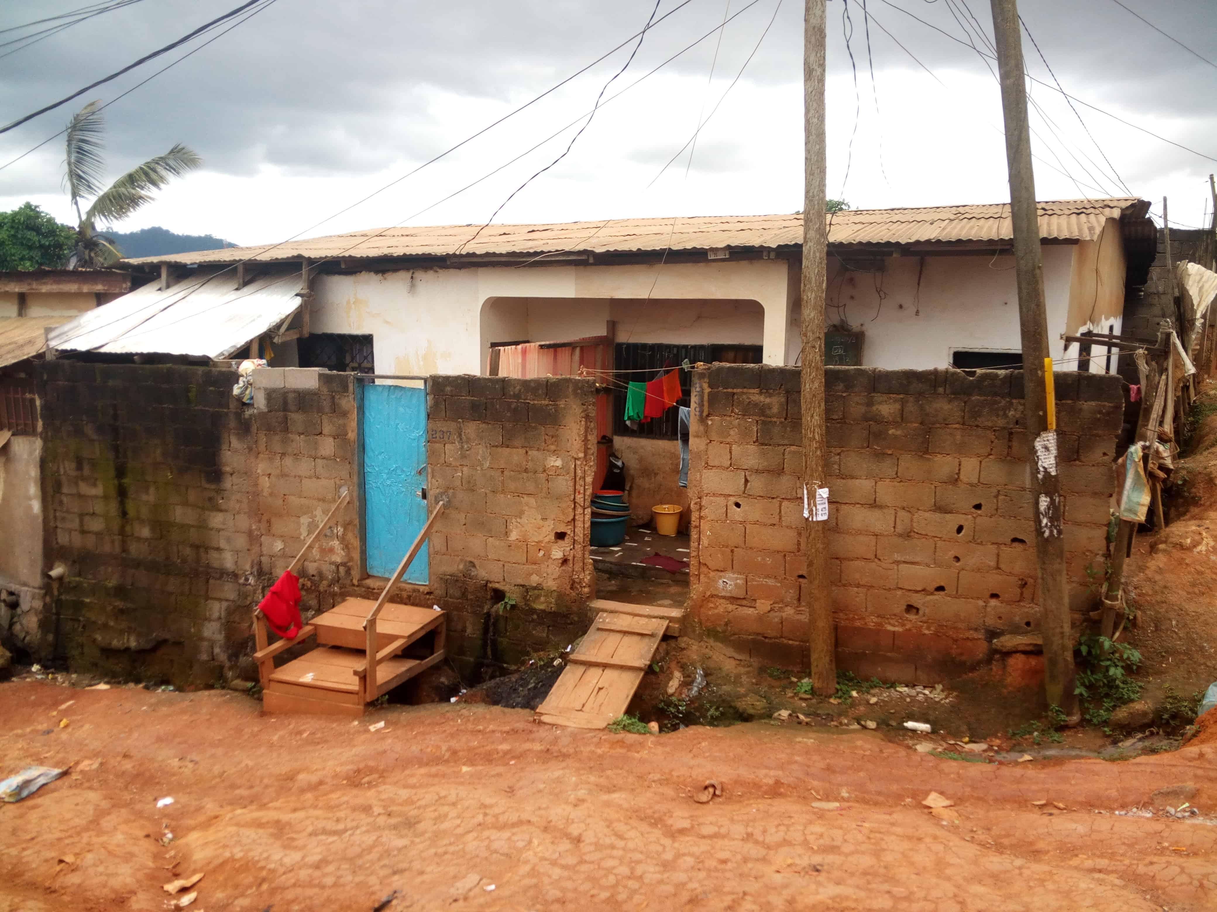 Maison (Maison sur pied) à vendre - Yaoundé, Biyem-Assi, Tam-tam - 3 salon(s), 4 chambre(s), 2 salle(s) de bains - 25 000 000 FCFA