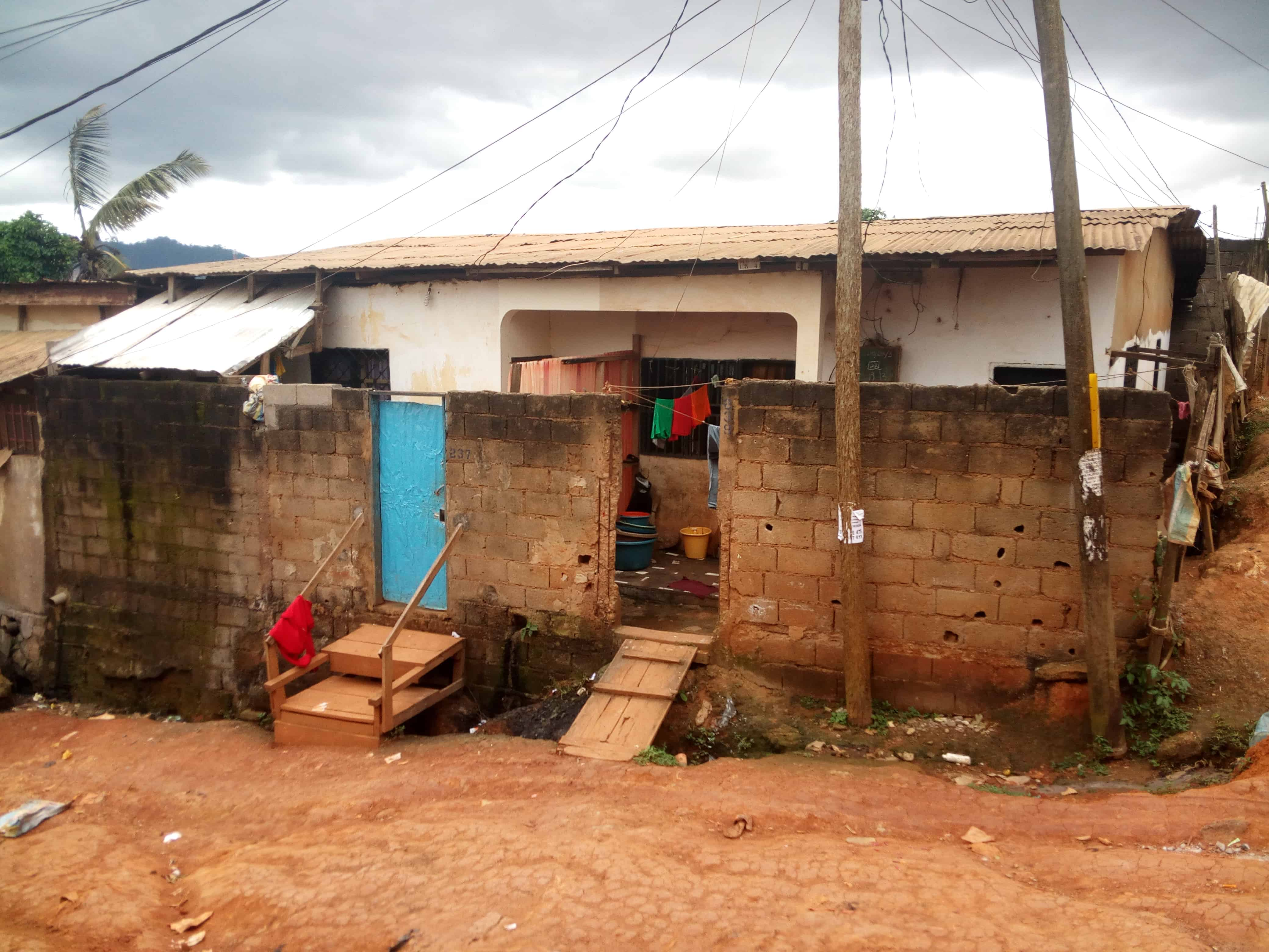 House (Wayside home) for sale - Yaoundé, Biyem-Assi, Tam-tam - 3 living room(s), 4 bedroom(s), 2 bathroom(s) - 25 000 000 FCFA / month