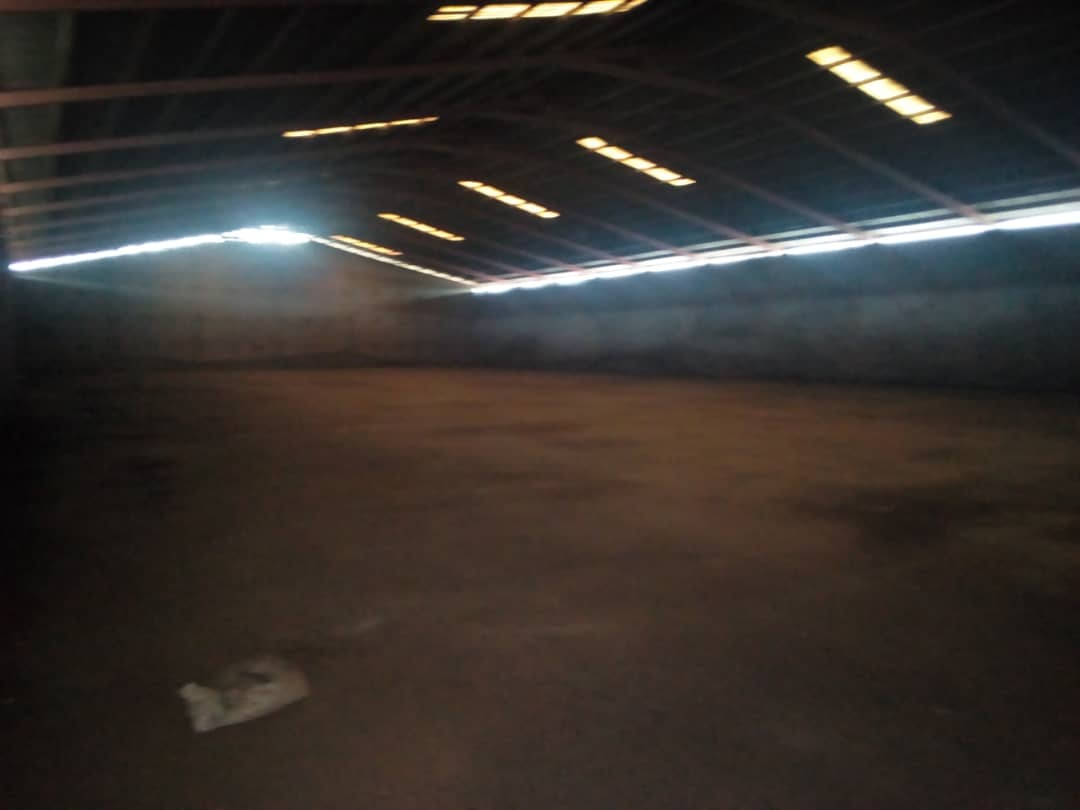 Store to rent at Douala, Bonaberi, Zone Industriel - 2000 m2 - 4 000 000 FCFA