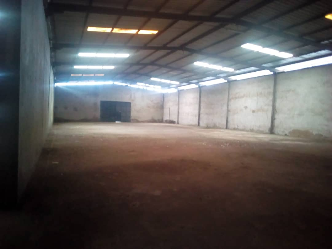 Warehouse to rent at Douala, Bonaberi, Zone Industriel - 1000 m2 - 2 500 FCFA