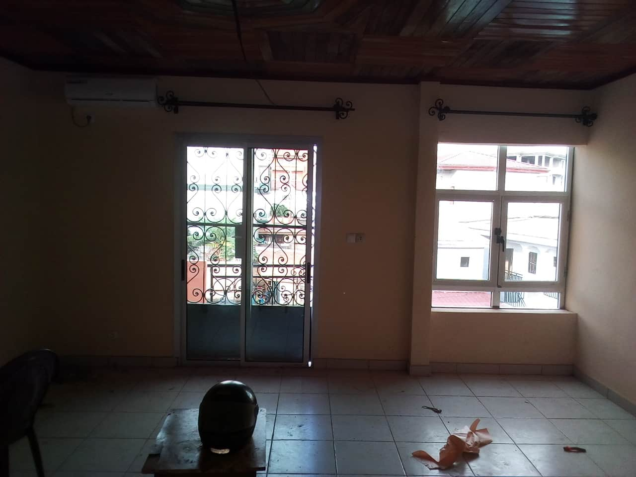 Apartment to rent - Yaoundé, Mfandena, mpas loin davenue foe - 1 living room(s), 2 bedroom(s), 2 bathroom(s) - 225 000 FCFA / month