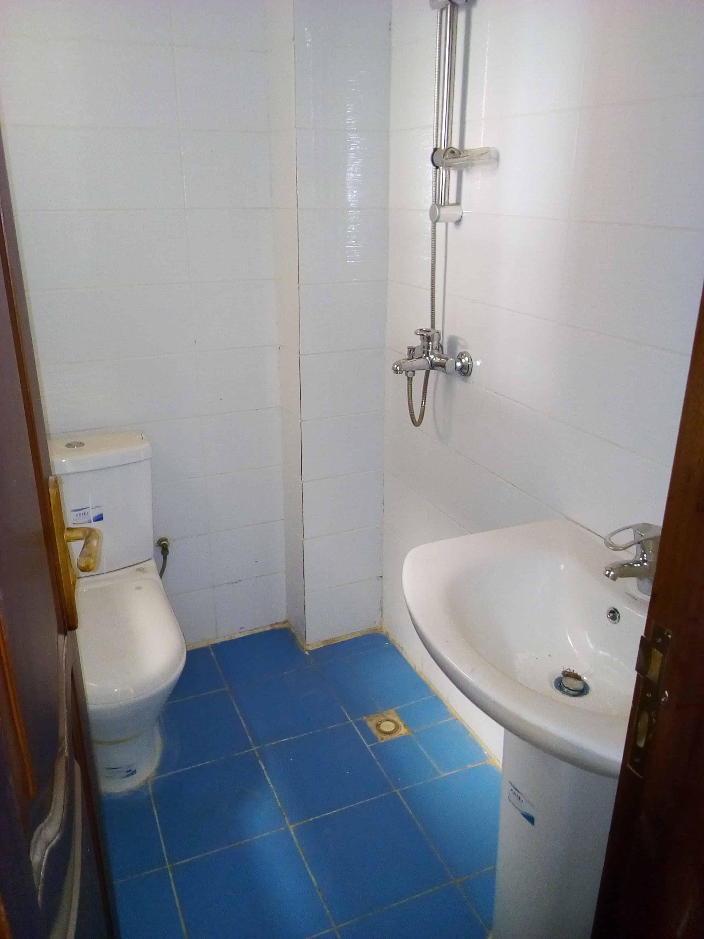 Apartment to rent - Yaoundé, Bastos, pas loin de derriere usine - 1 living room(s), 2 bedroom(s), 2 bathroom(s) - 700 000 FCFA / month