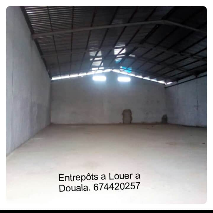 Store to rent at Douala, Bonaberi, zone industrielle - 1000 m2 - 1 500 000 FCFA