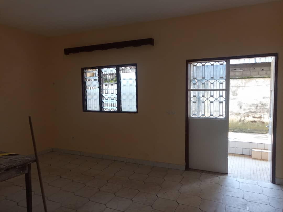 Apartment to rent - Douala, Bonamoussadi, Ver bloc sonel - 1 living room(s), 3 bedroom(s), 2 bathroom(s) - 120 000 FCFA / month
