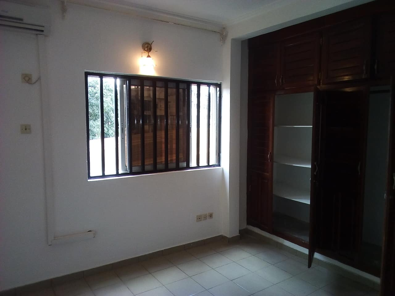 Apartment to rent - Yaoundé, Bastos, pas loin dhortodoxe - 1 living room(s), 3 bedroom(s), 3 bathroom(s) - 600 000 FCFA / month