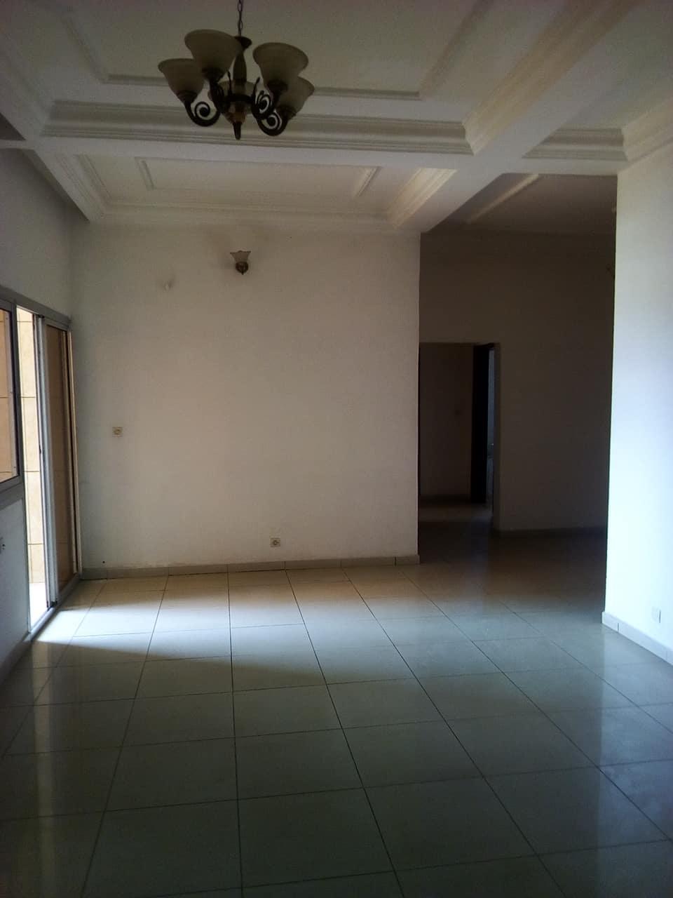 Bureau à louer à Yaoundé, Tsinga, apres super marche max - 100 m2 - 300 000 FCFA