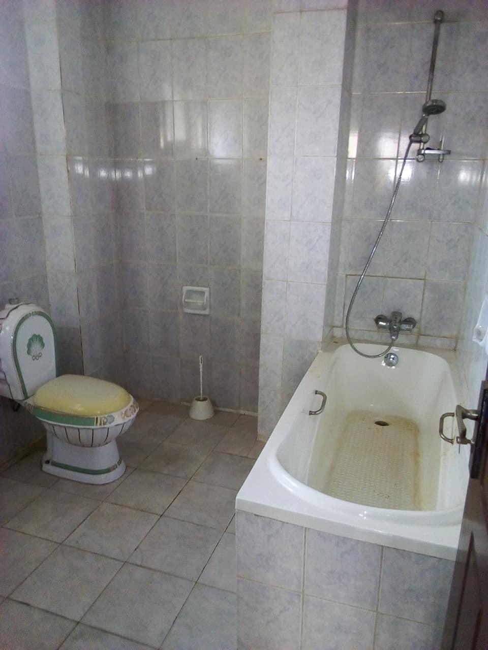 Office to rent at Yaoundé, Tsinga, apres super marche max - 100 m2 - 300 000 FCFA
