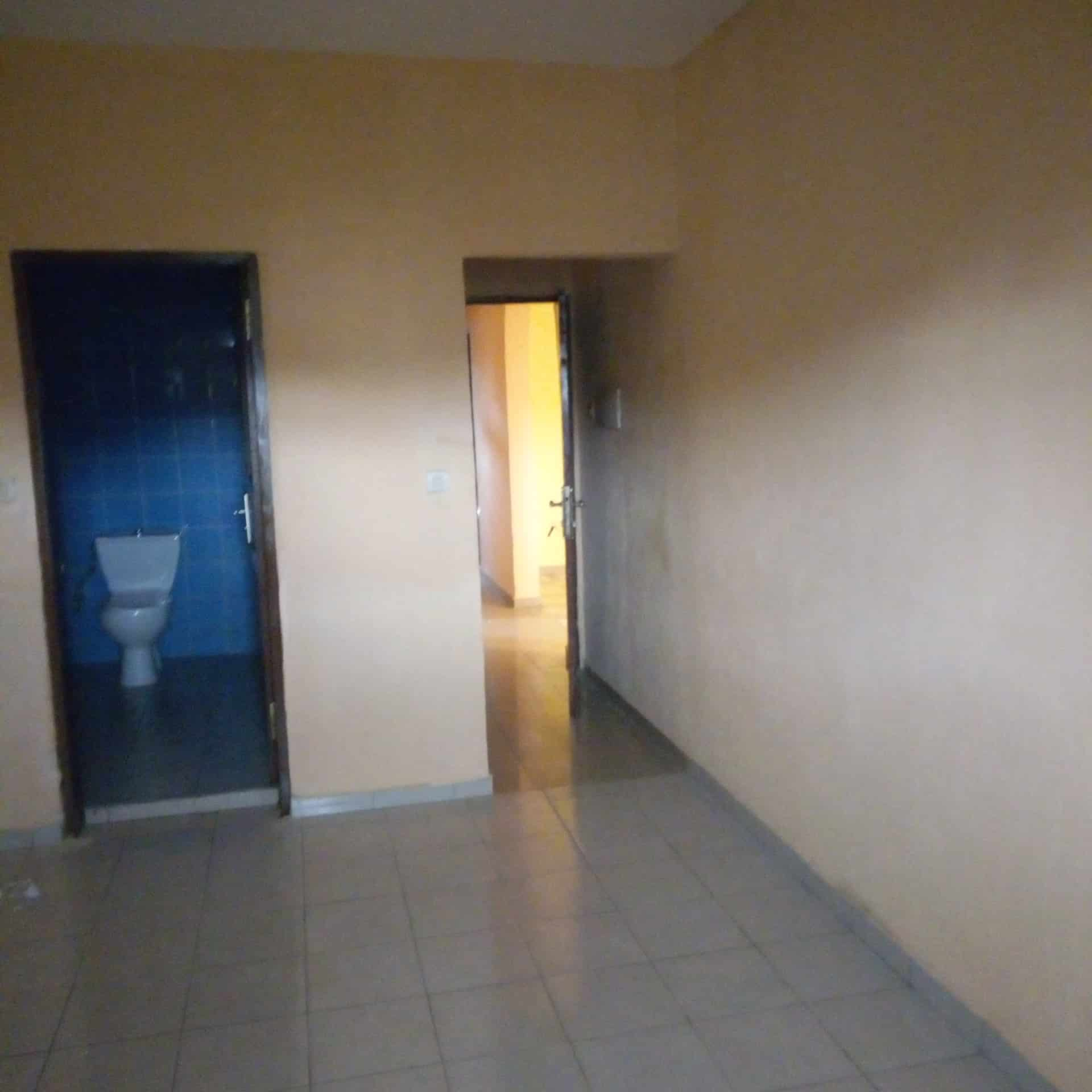 Apartment to rent - Douala, Logpom, Ver le lycée - 1 living room(s), 3 bedroom(s), 2 bathroom(s) - 130 000 FCFA / month