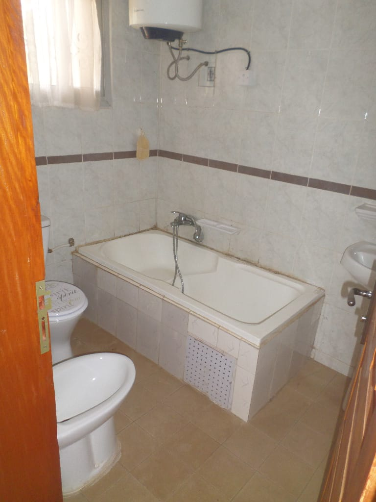 Apartment to rent - Yaoundé, Bastos, pas loin du carrefour - 1 living room(s), 3 bedroom(s), 3 bathroom(s) - 350 000 FCFA / month