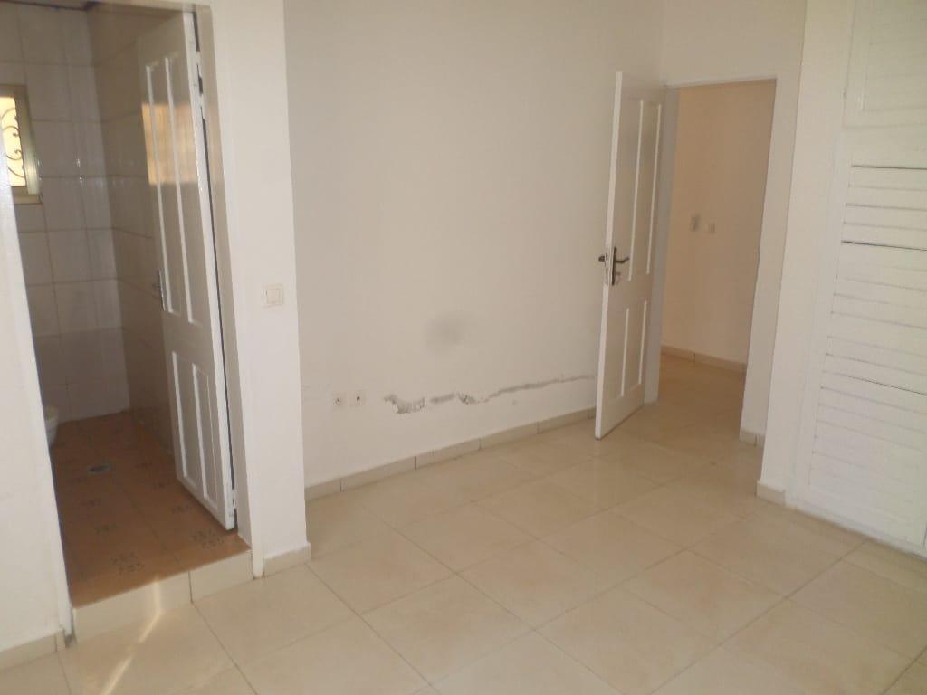 Appartement à louer - Yaoundé, Bastos, pas loin du rond point - 1 salon(s), 2 chambre(s), 3 salle(s) de bains - 325 000 FCFA / mois