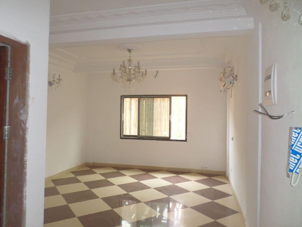 Apartment to rent - Yaoundé, Quartier Fouda, pas loin de la clinique - 1 living room(s), 2 bedroom(s), 3 bathroom(s) - 220 000 FCFA / month