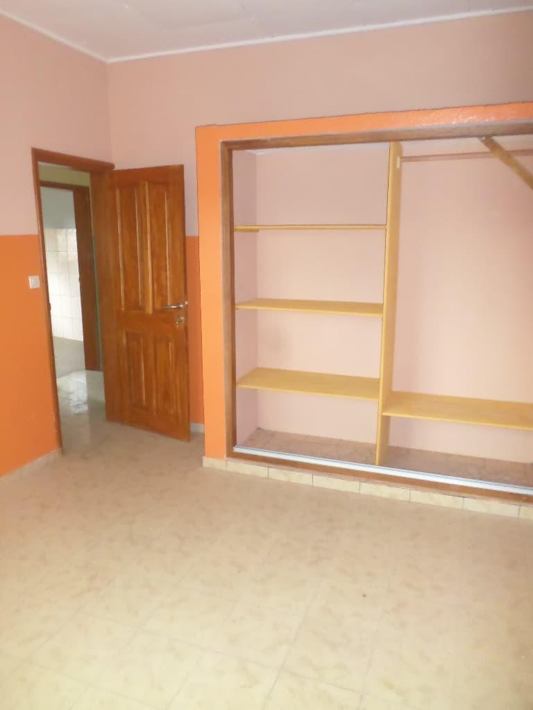 Apartment to rent - Yaoundé, Emana, pas loin de la presidence - 1 living room(s), 3 bedroom(s), 2 bathroom(s) - 200 000 FCFA / month
