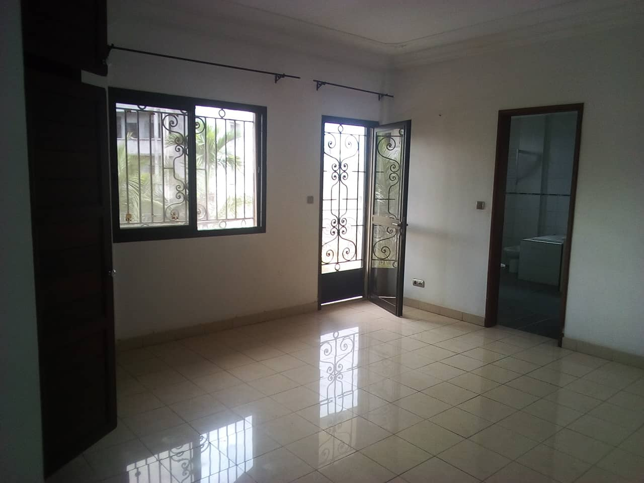 Apartment to rent - Yaoundé, Bastos, vers le pnud - 1 living room(s), 3 bedroom(s), 4 bathroom(s) - 700 000 FCFA / month