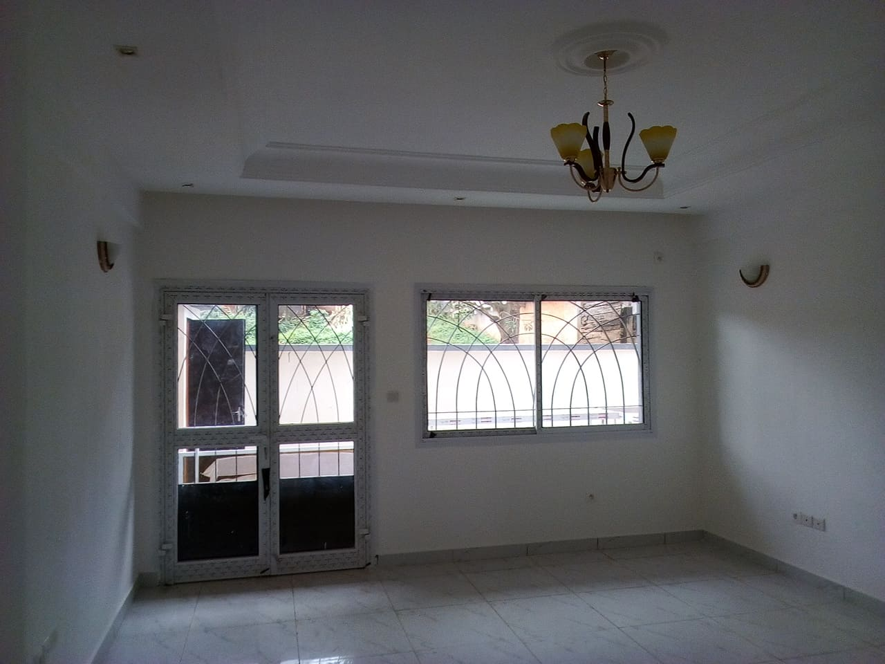 Apartment to rent - Yaoundé, Essos, pas loin de fokou - 1 living room(s), 2 bedroom(s), 3 bathroom(s) - 250 000 FCFA / month