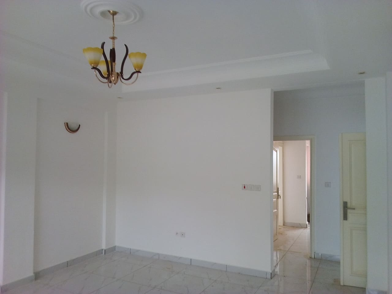 Apartment to rent - Yaoundé, Essos, pas loin de fokou - 1 living room(s), 2 bedroom(s), 3 bathroom(s) - 250 000 FCFA / month