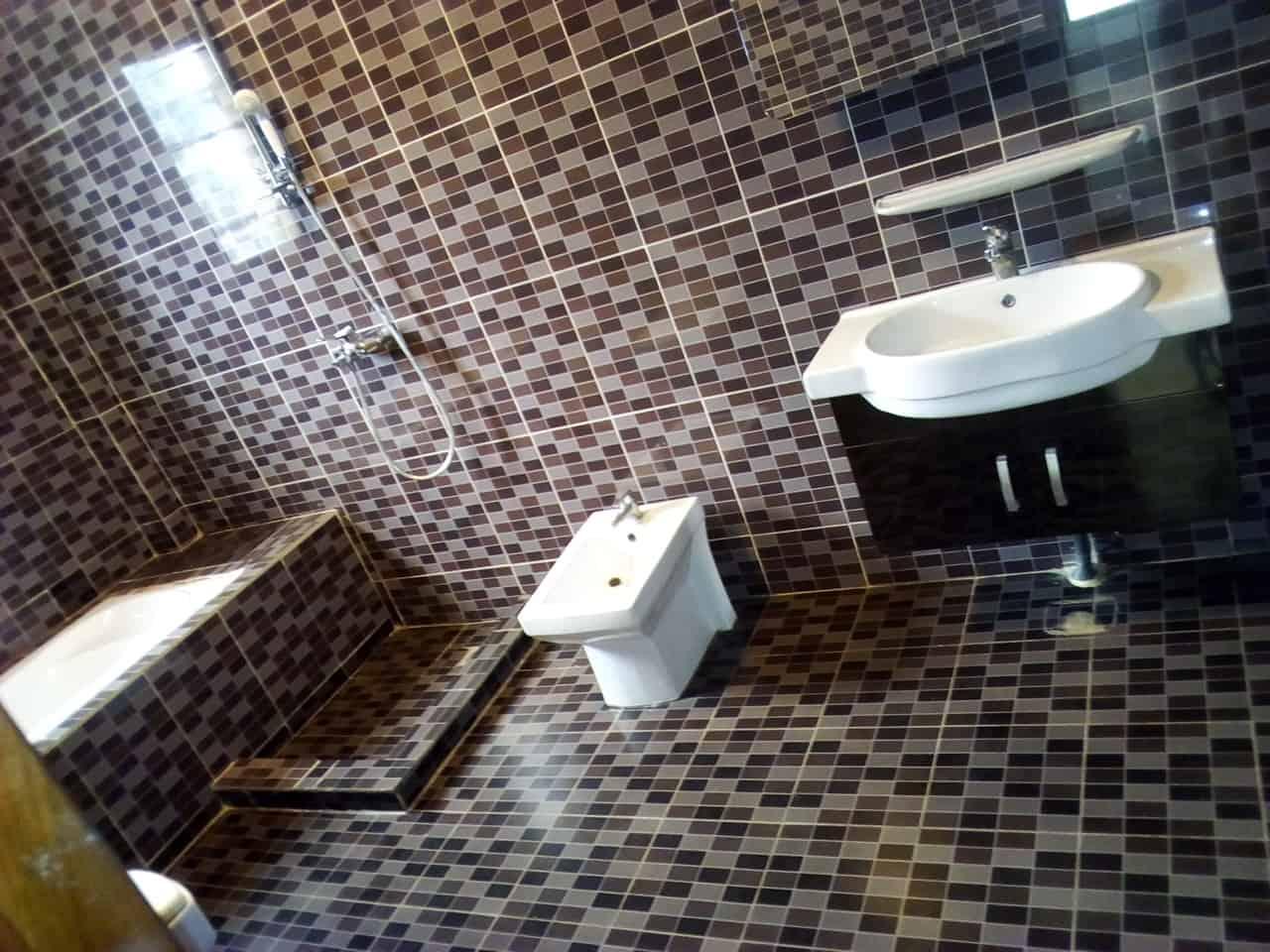 Appartement à louer - Yaoundé, Bastos, vers ambassade ditalie - 1 salon(s), 3 chambre(s), 3 salle(s) de bains - 1 000 000 FCFA / mois