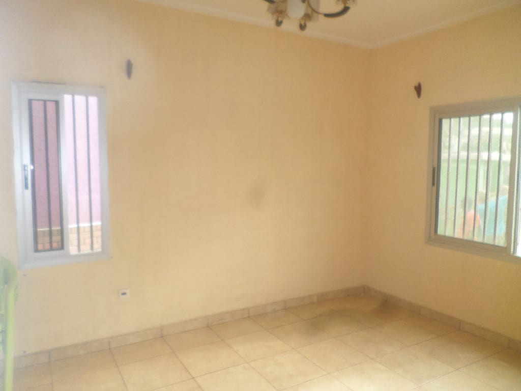 Apartment to rent - Yaoundé, Bastos, pas loin de guecht - 1 living room(s), 1 bedroom(s), 1 bathroom(s) - 150 000 FCFA / month