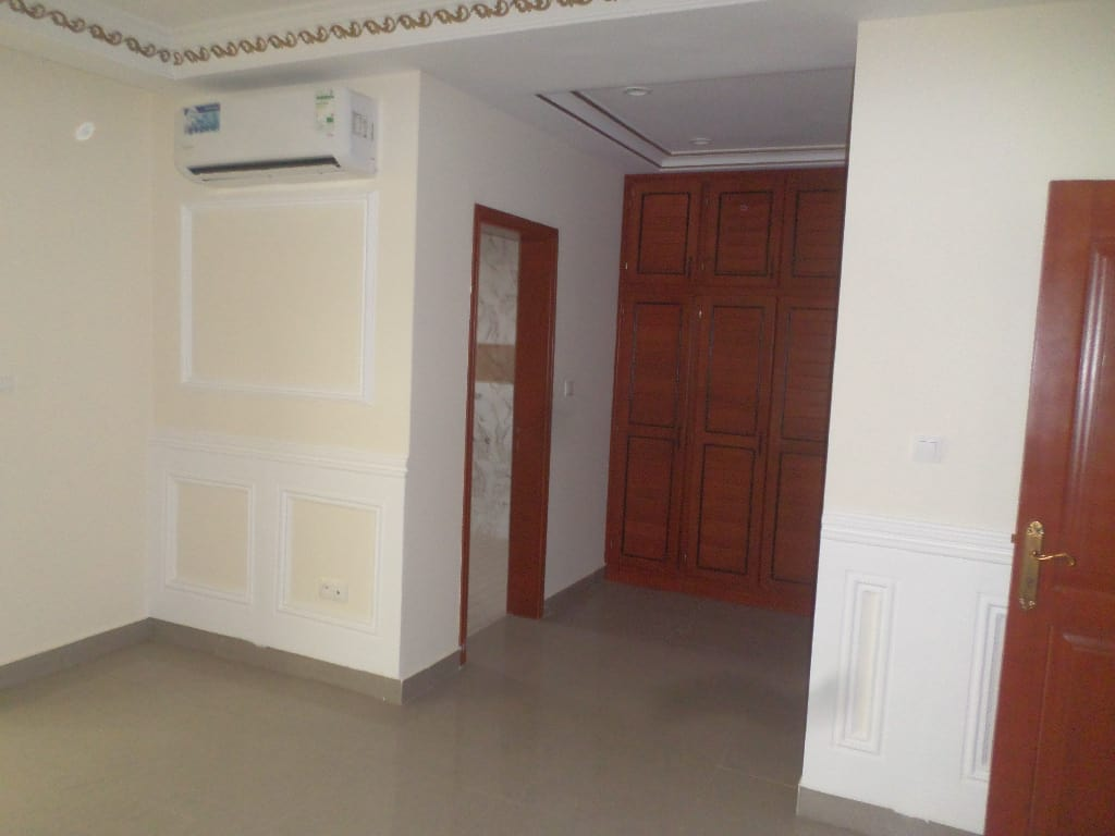 Office to rent at Yaoundé, Bastos, pas loin de lonel - 200 m2 - 1 700 000 FCFA