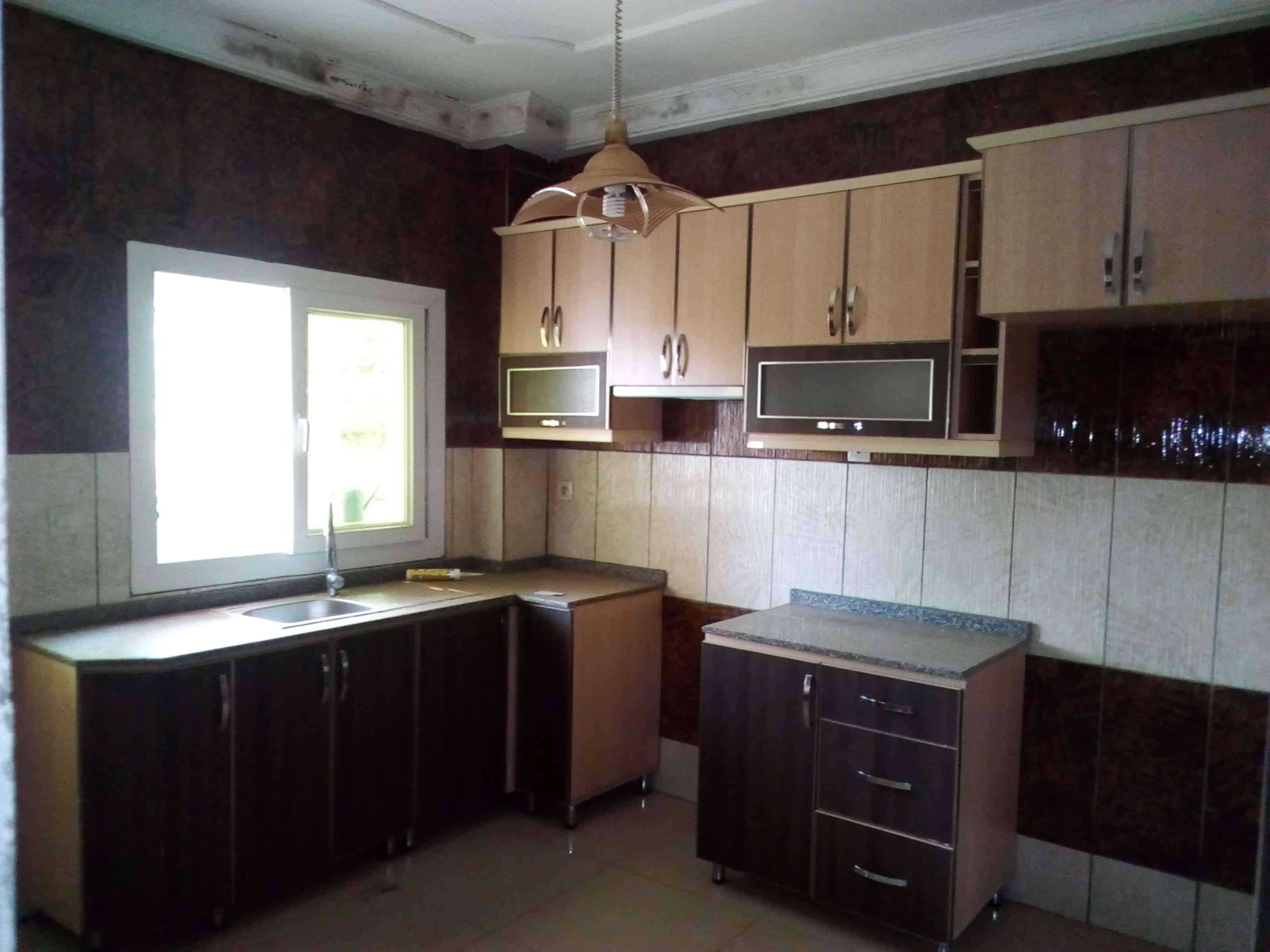 Appartement à louer - Yaoundé, Bastos, golf - 1 salon(s), 3 chambre(s), 4 salle(s) de bains - 1 700 000 FCFA / mois