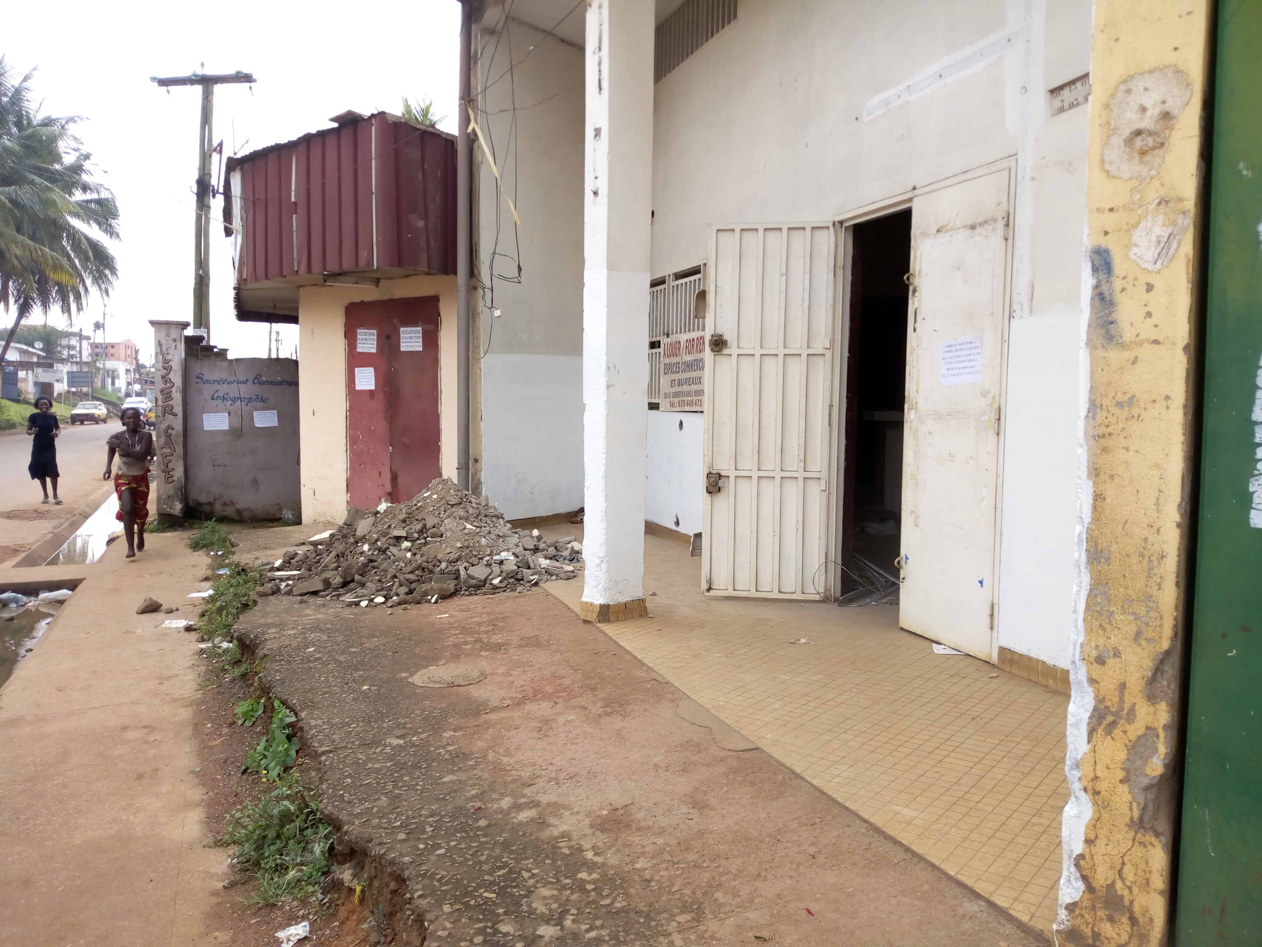 Shop to rent at Yaoundé, Biyem-Assi, immobilier - 100 m2 - 350 000 FCFA